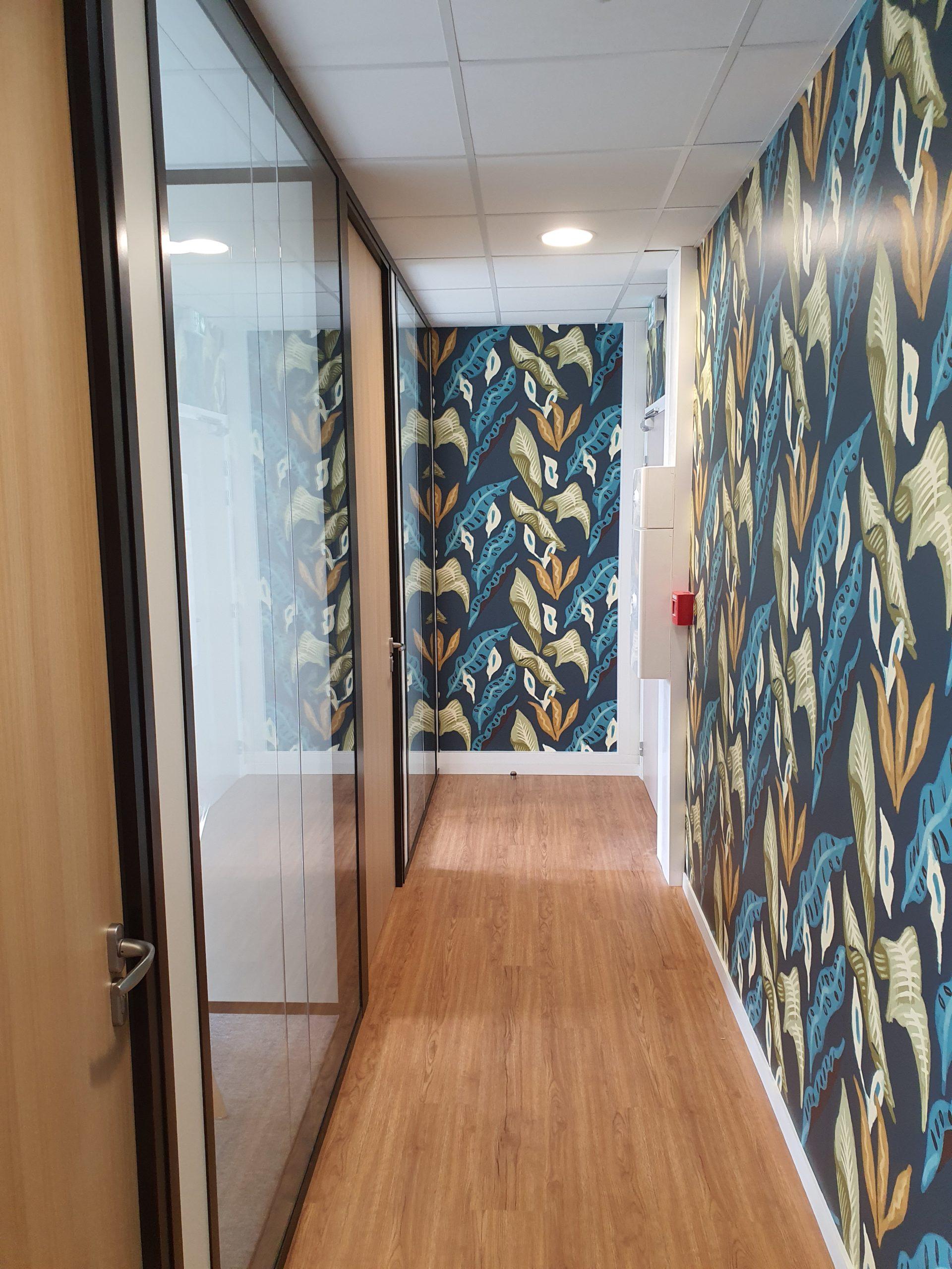 Couloir avec cloisons modulaires et papier peint tendance